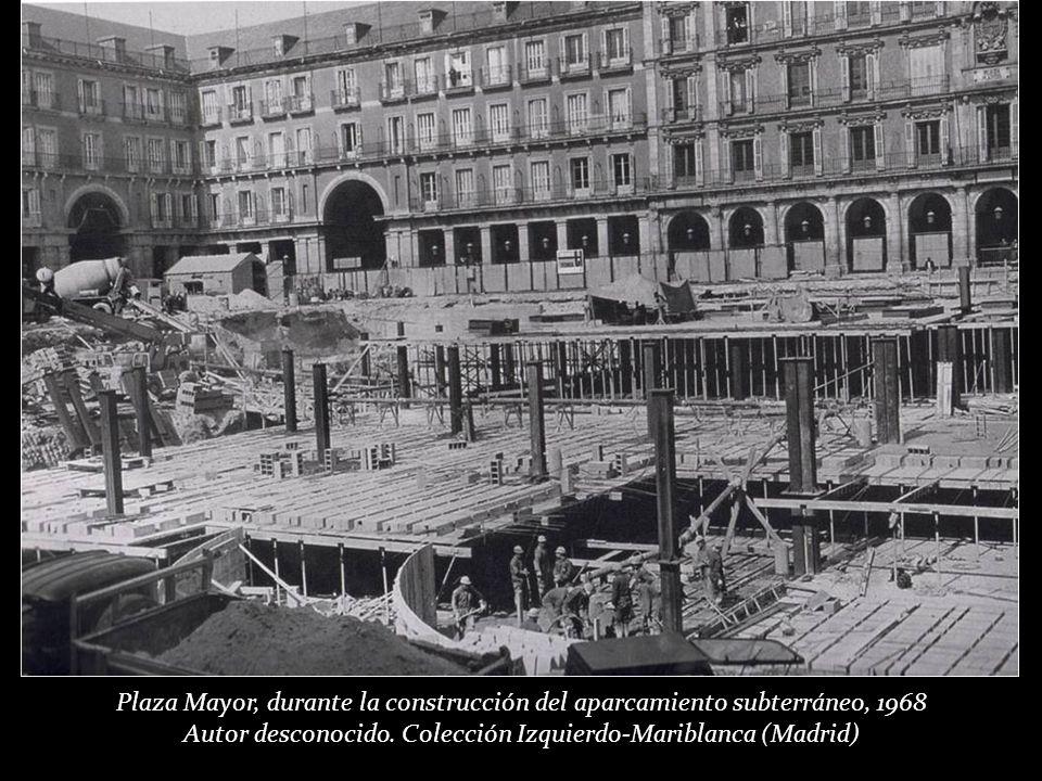Entre 1967 y 1969 se construyó el aparcamiento subterráneo que obligó a subir el nivel del pavimento y se realizó el adoquinado actual.
