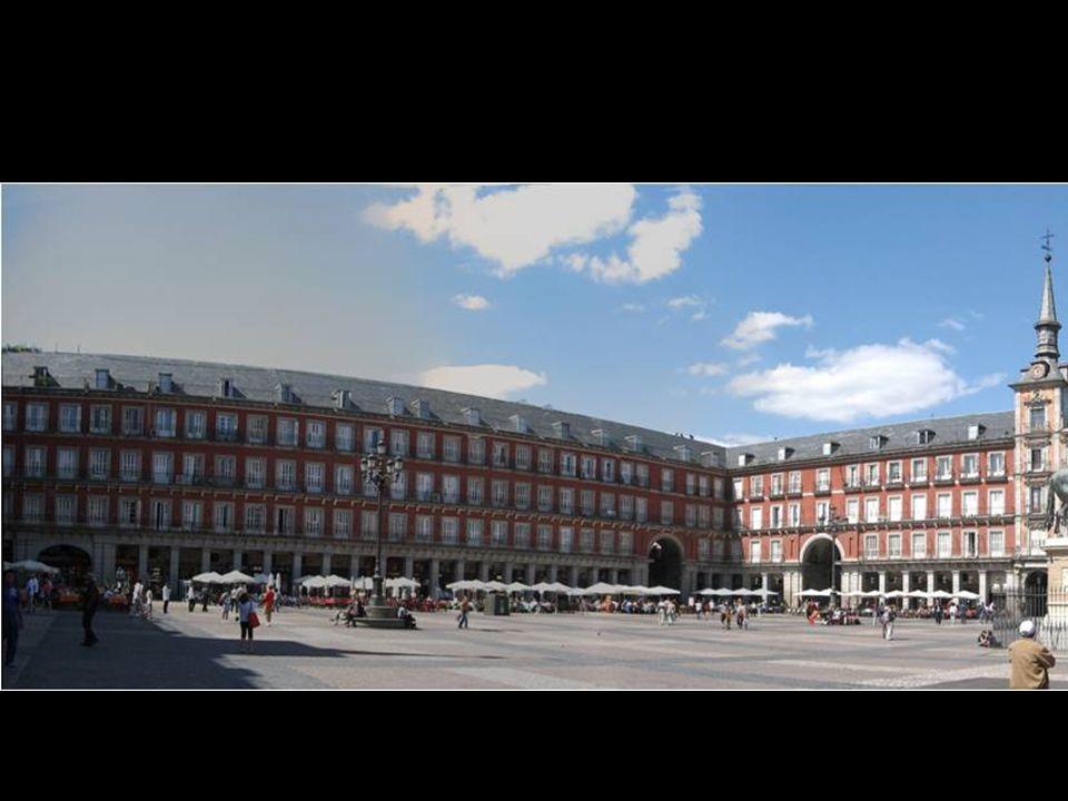 Hoy la Plaza Mayor sigue siendo el espacio urbano más importante de la ciudad, congregando no solamente a madrileños, sino a miles de turistas que acu
