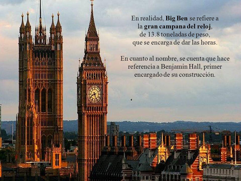 La torre del reloj se encuentra en un extremo del palacio y alberga también una campana que se escucha por kilómetros a las redonda y que marca las horas.