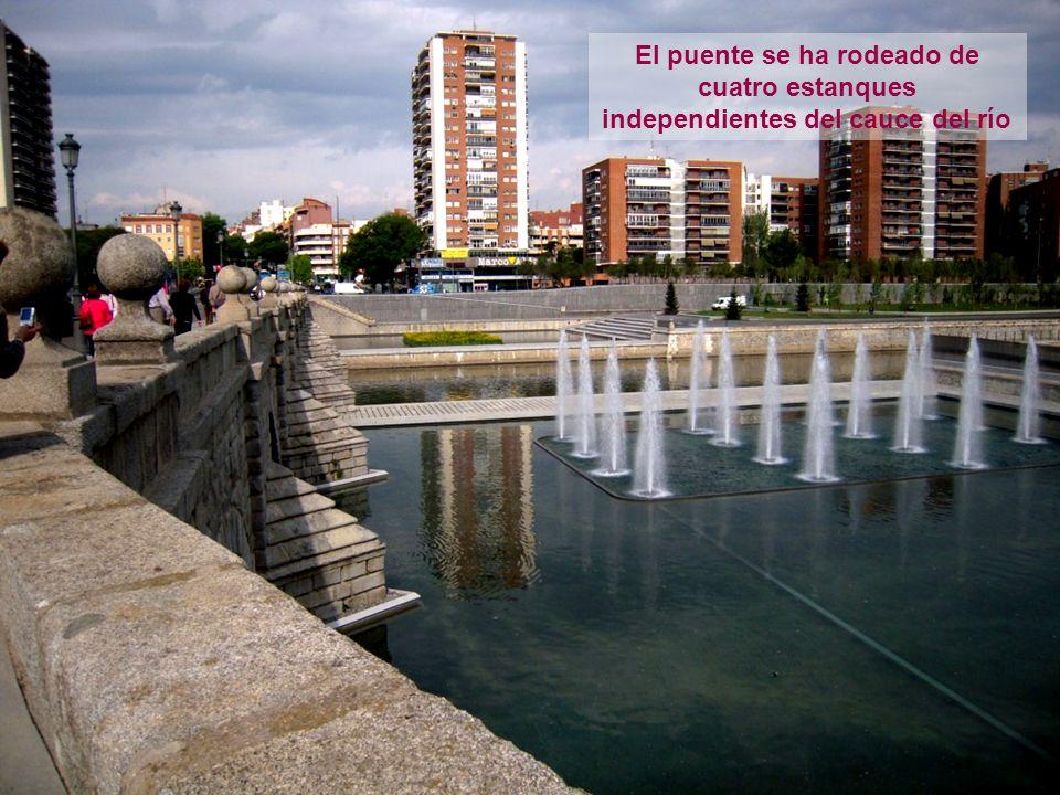 El puente se ha rodeado de cuatro estanques independientes del cauce del río