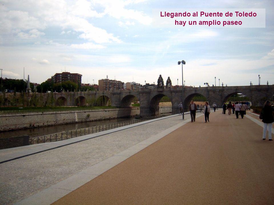 Llegando al Puente de Toledo hay un amplio paseo