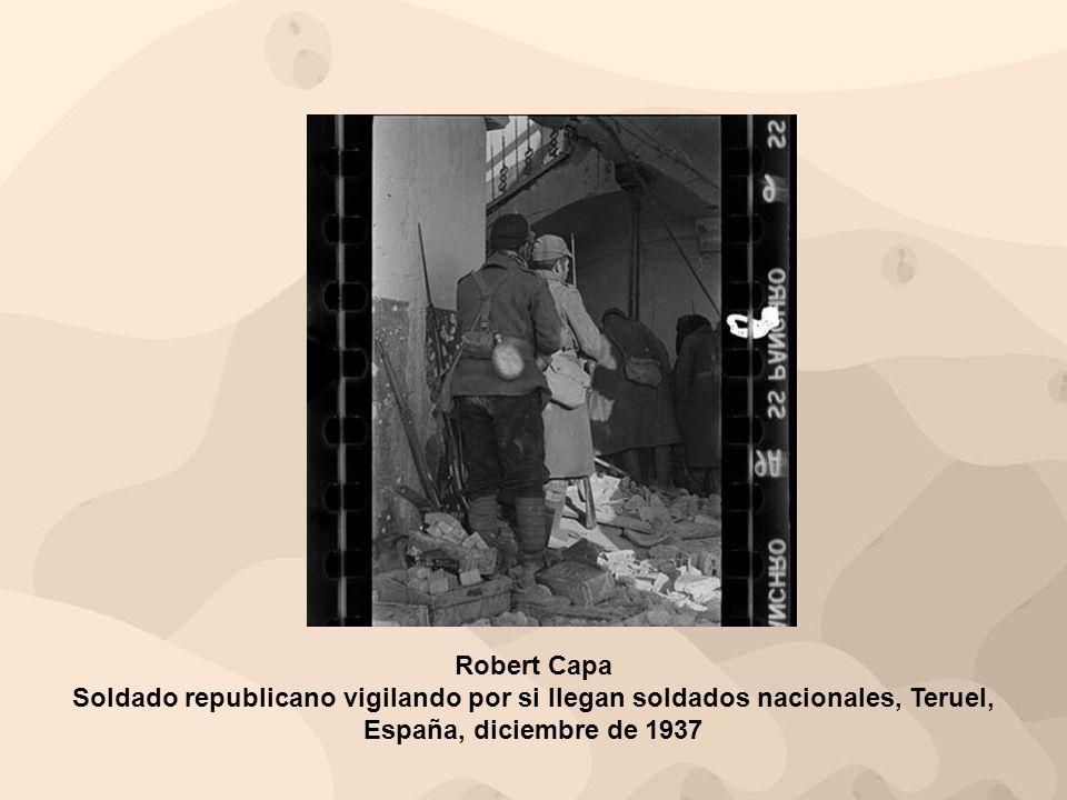 Robert Capa Soldado republicano vigilando por si llegan soldados nacionales, Teruel, España, diciembre de 1937