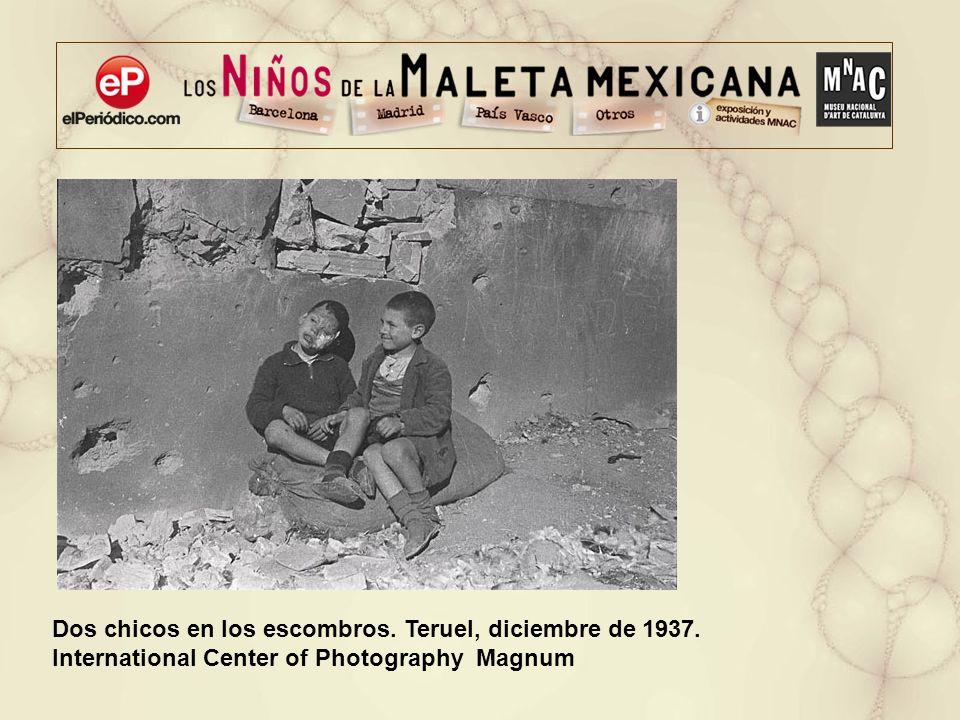Dos chicos en los escombros. Teruel, diciembre de 1937. International Center of Photography Magnum