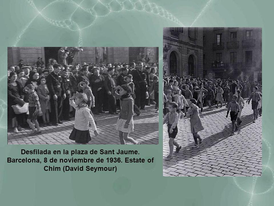 Desfilada en la plaza de Sant Jaume. Barcelona, 8 de noviembre de 1936. Estate of Chim (David Seymour)