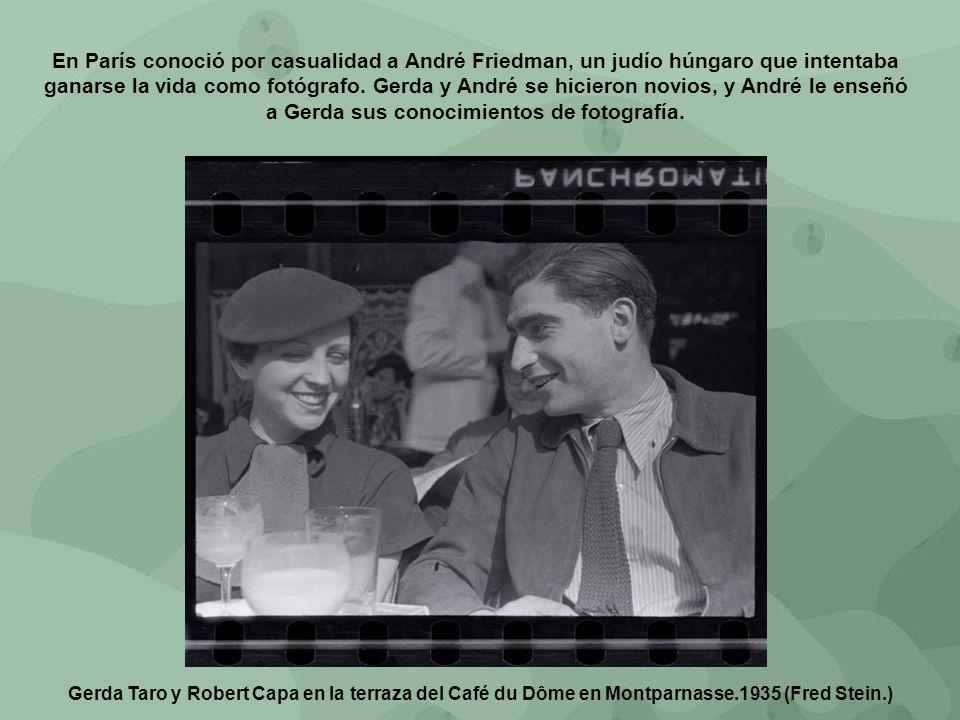 Gerda Taro y Robert Capa en la terraza del Café du Dôme en Montparnasse.1935 (Fred Stein.) En París conoció por casualidad a André Friedman, un judío