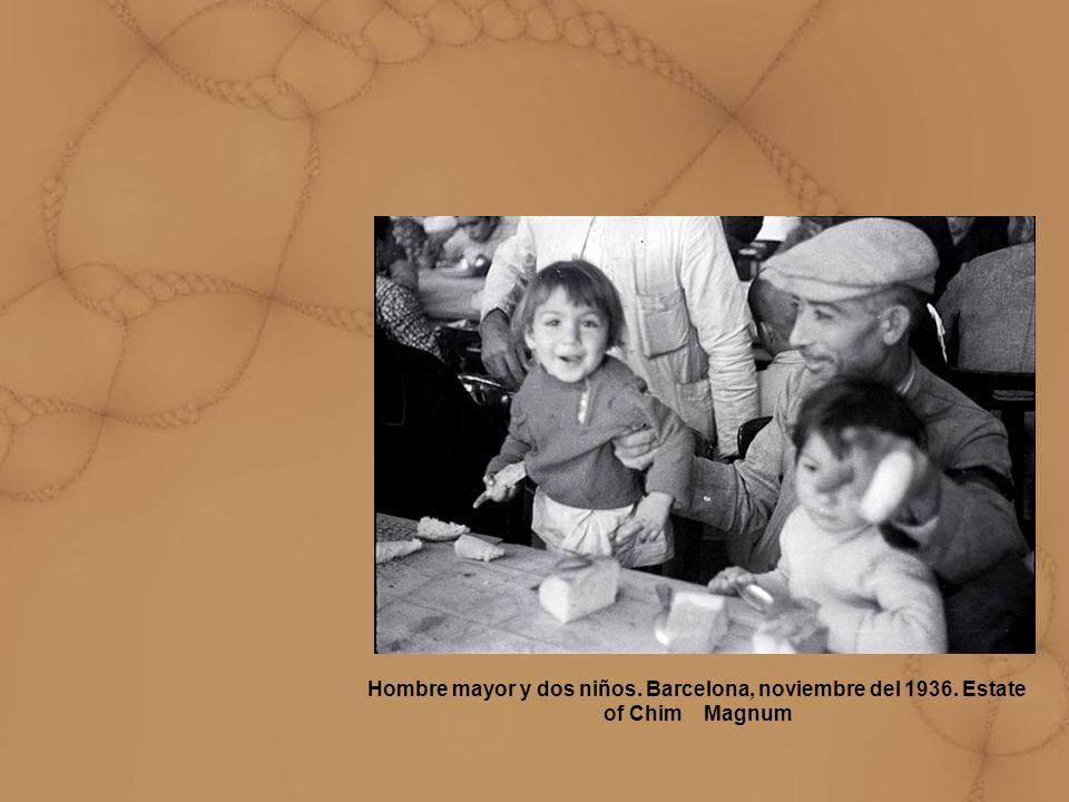 Hombre mayor y dos niños. Barcelona, noviembre del 1936. Estate of Chim Magnum