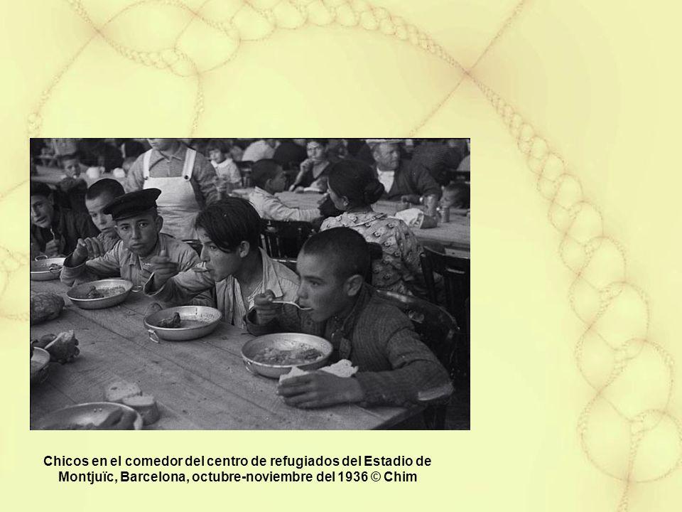 Chicos en el comedor del centro de refugiados del Estadio de Montjuïc, Barcelona, octubre-noviembre del 1936 © Chim