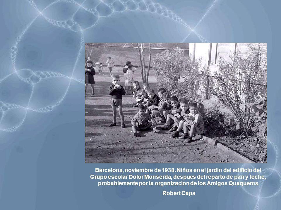 Barcelona, noviembre de 1938. Niños en el jardin del edificio del Grupo escolar Dolor Monserda, despues del reparto de pan y leche, probablemente por