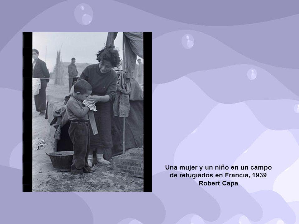 Una mujer y un niño en un campo de refugiados en Francia, 1939 Robert Capa