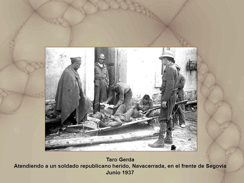 Taro Gerda Atendiendo a un soldado republicano herido, Navacerrada, en el frente de Segovia Junio 1937