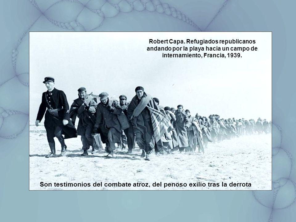 Robert Capa. Refugiados republicanos andando por la playa hacia un campo de internamiento, Francia, 1939. Son testimonios del combate atroz, del penos