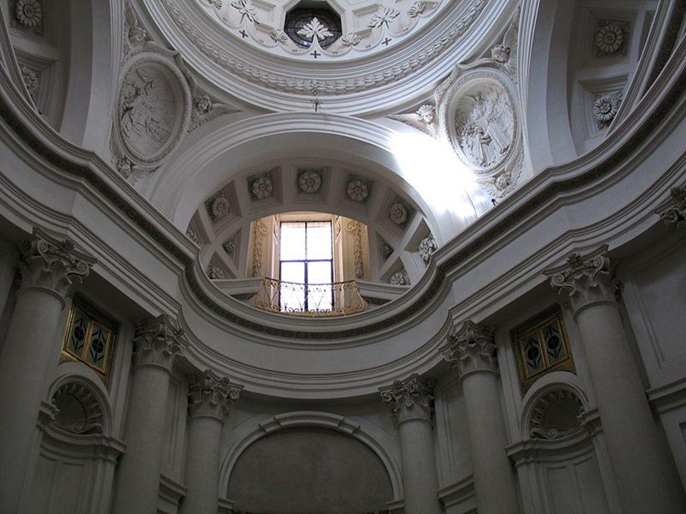 La iglesia presenta una cúpula oval, concebida con una autonomía absoluta, presenta dos focos de luz, a la luz cenital que se introduce por la parte s
