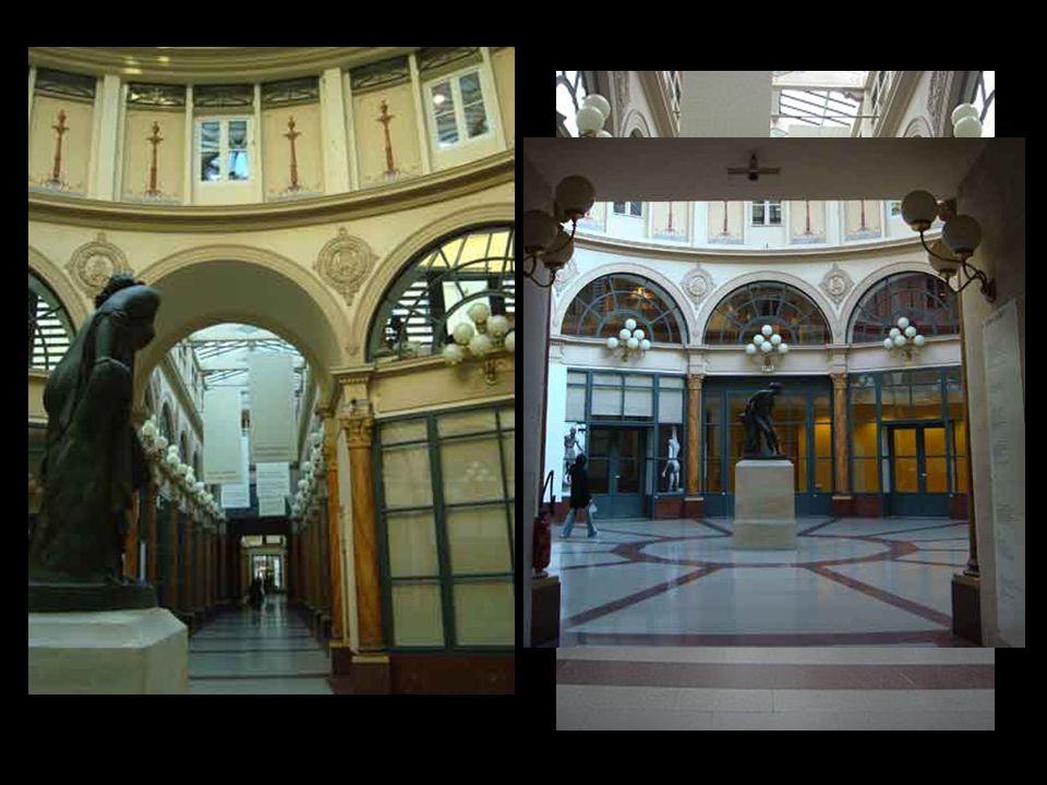Galerie Colbert 4,rue Vivienne y 6,rue des Petits Chgamps Paralela a la galería Vivienne, la galería Colbert fue construida poco tiempo después en el