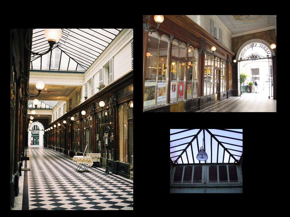 Los pasajes cubiertos ubicados alrededor del Palais Royal Galerie Véro-Dodat ubicada en el 19 de la rue Jean-Jacques Rousseau y 2, rue du Bouloi. A su