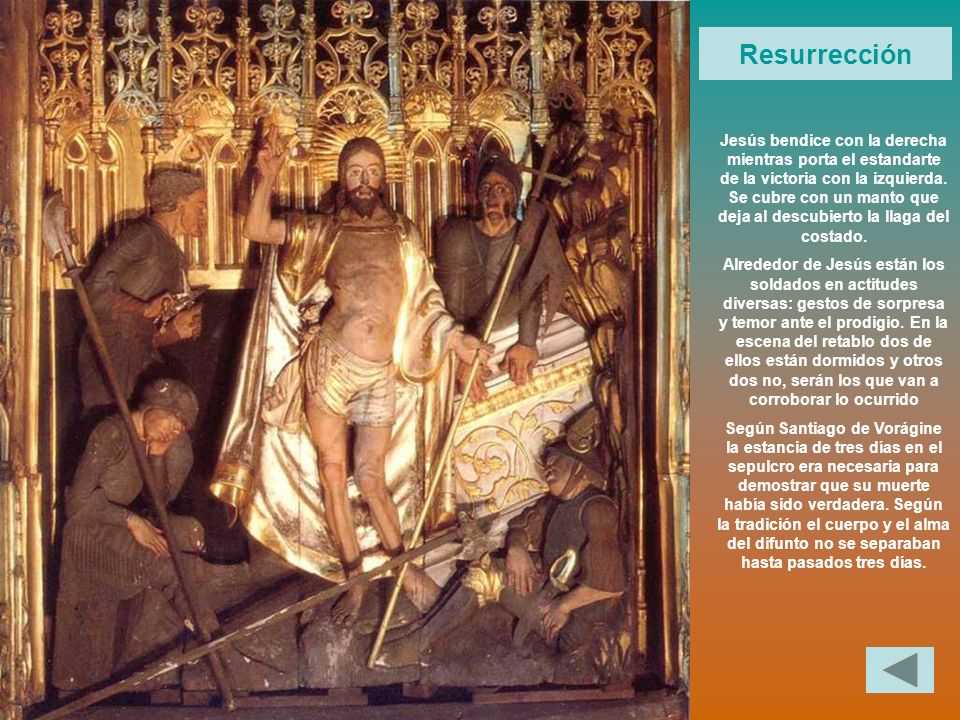 Jesús bendice con la derecha mientras porta el estandarte de la victoria con la izquierda. Se cubre con un manto que deja al descubierto la llaga del