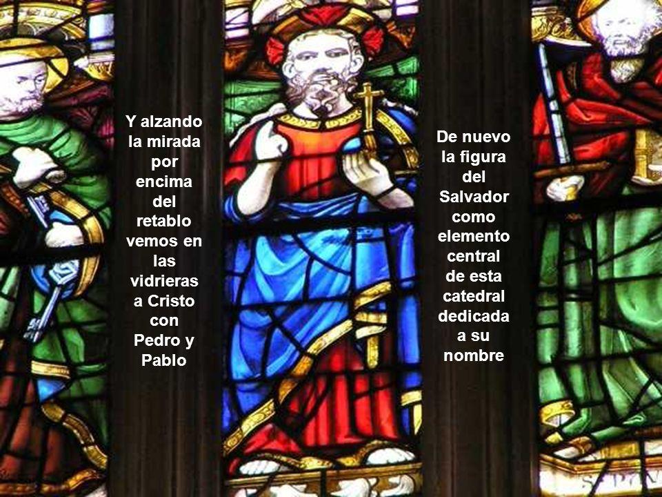 Y alzando la mirada por encima del retablo vemos en las vidrieras a Cristo con Pedro y Pablo De nuevo la figura del Salvador como elemento central de