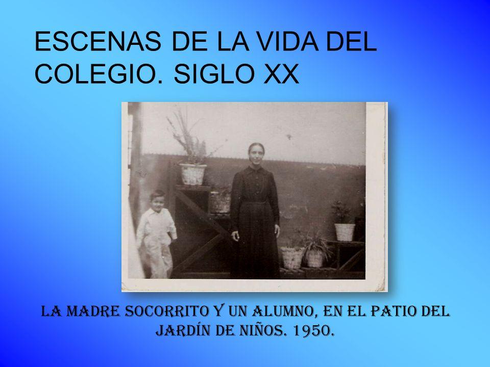 LA MADRE SOCORRITO Y UN ALUMNO, EN EL PATIO DEL JARDÍN DE NIÑOS. 1950. ESCENAS DE LA VIDA DEL COLEGIO. SIGLO XX