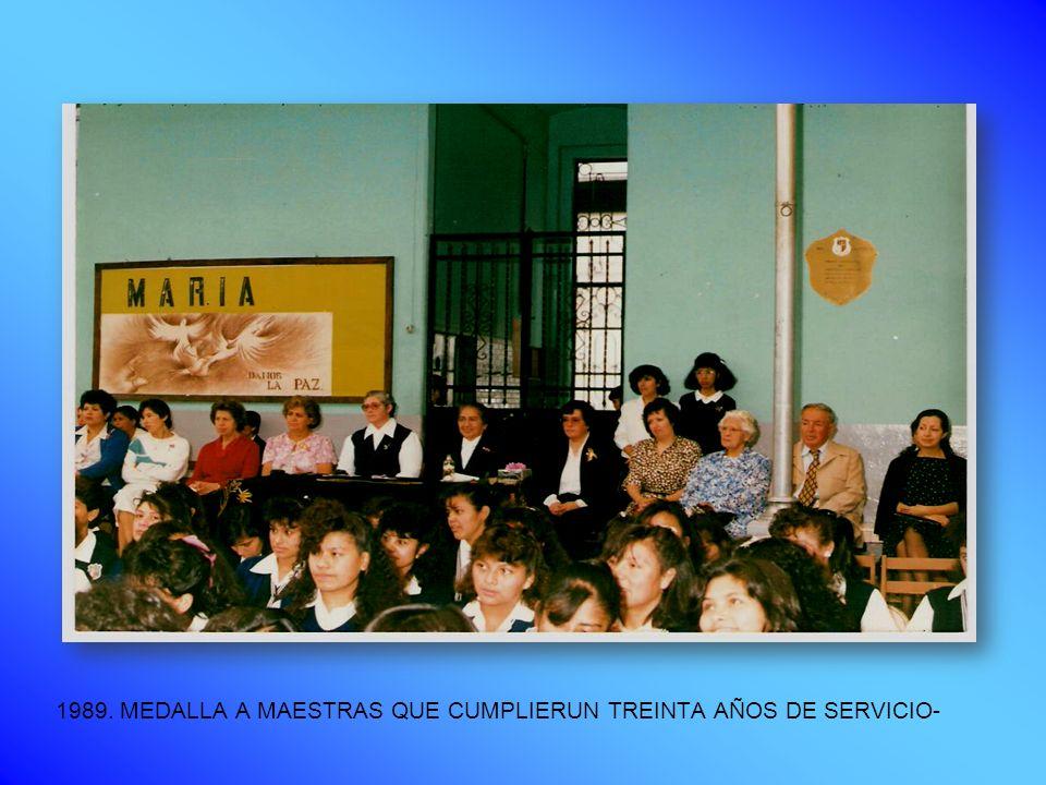 1989. MEDALLA A MAESTRAS QUE CUMPLIERUN TREINTA AÑOS DE SERVICIO-