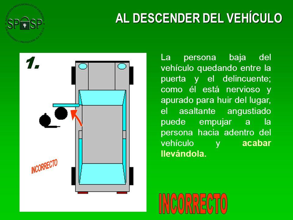 AL DESCENDER DEL VEHÍCULO La persona baja del vehículo quedando entre la puerta y el delincuente; como él está nervioso y apurado para huir del lugar,