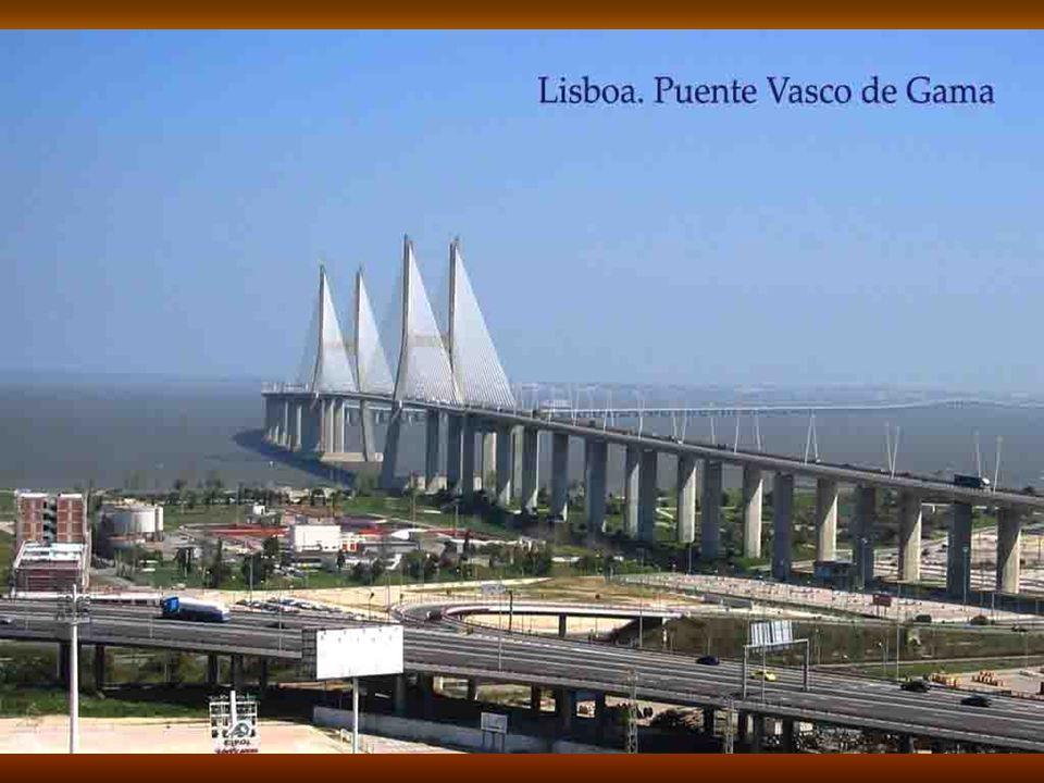 Puente 25 Abril o de Pombal, que cruza el Rio Tajo. La estatua de Cristo Rey, fue un regalo del gobierno español al portugués.