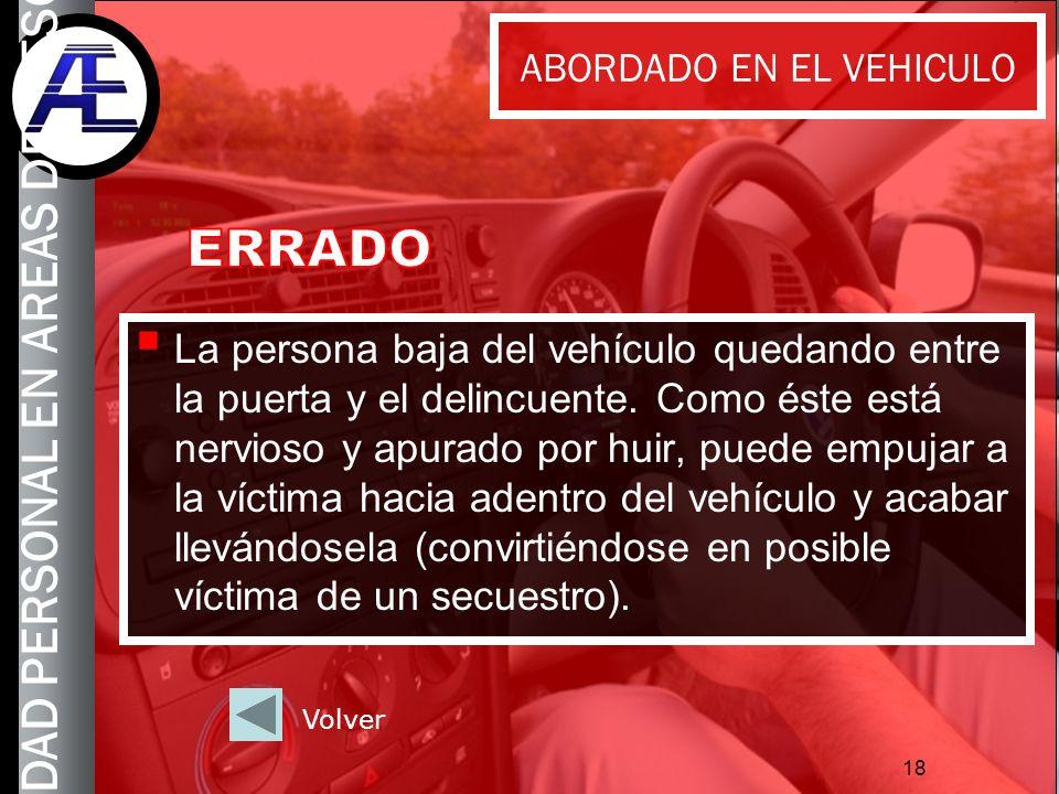 18 La persona baja del vehículo quedando entre la puerta y el delincuente. Como éste está nervioso y apurado por huir, puede empujar a la víctima haci