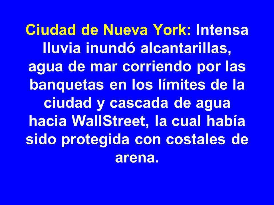 Ciudad de Nueva York: Intensa lluvia inundó alcantarillas, agua de mar corriendo por las banquetas en los límites de la ciudad y cascada de agua hacia WallStreet, la cual había sido protegida con costales de arena.