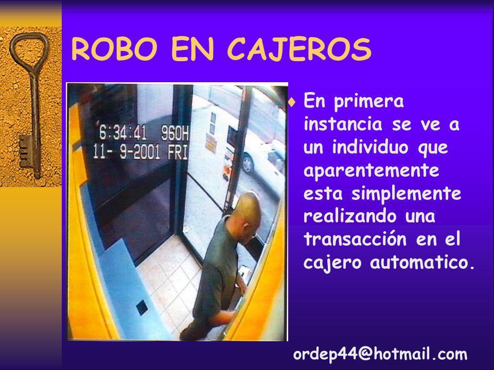 ROBO EN CAJEROS En primera instancia se ve a un individuo que aparentemente esta simplemente realizando una transacción en el cajero automatico.