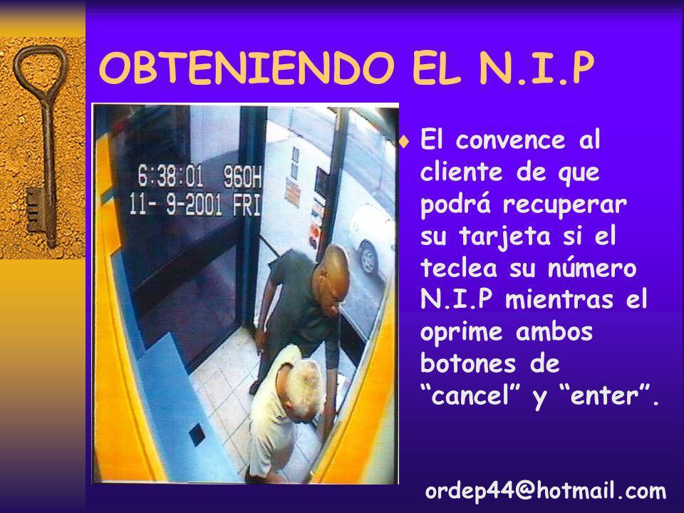 OBTENIENDO EL N.I.P El convence al cliente de que podrá recuperar su tarjeta si el teclea su número N.I.P mientras el oprime ambos botones de cancel y enter.