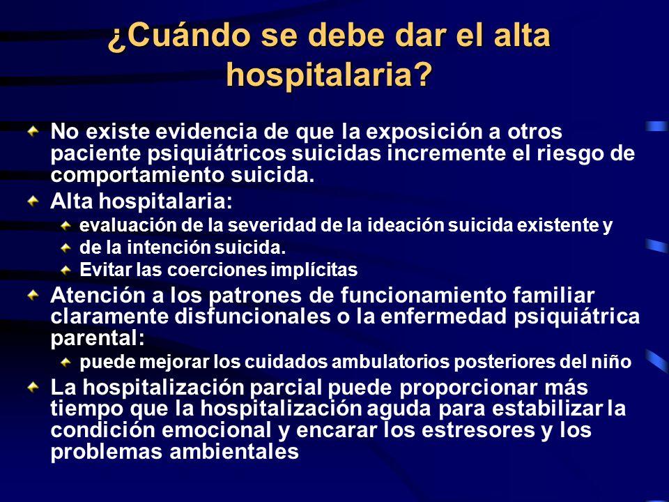 ¿Cuándo se debe dar el alta hospitalaria? No existe evidencia de que la exposición a otros paciente psiquiátricos suicidas incremente el riesgo de com