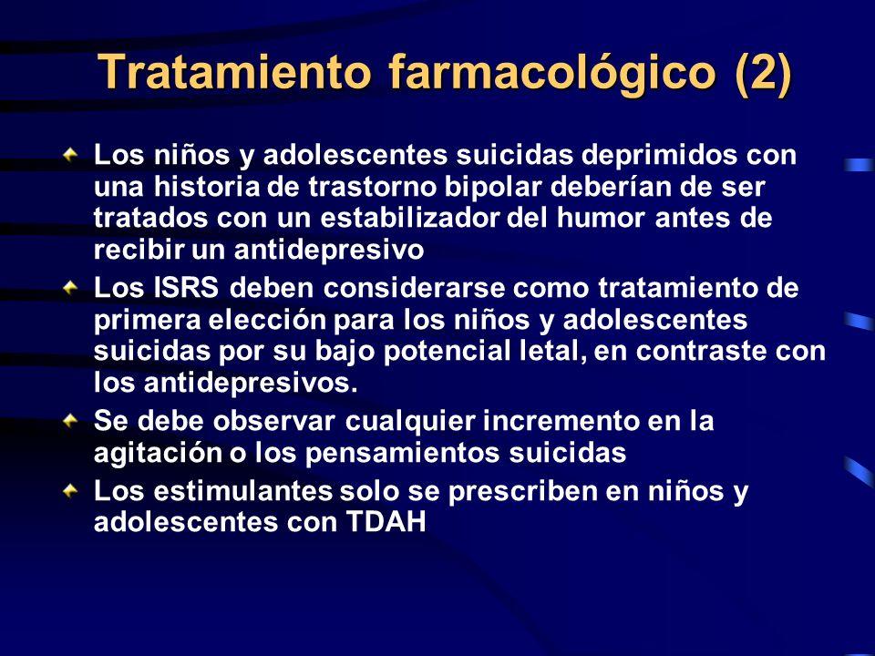 Tratamiento farmacológico (2) Los niños y adolescentes suicidas deprimidos con una historia de trastorno bipolar deberían de ser tratados con un estab