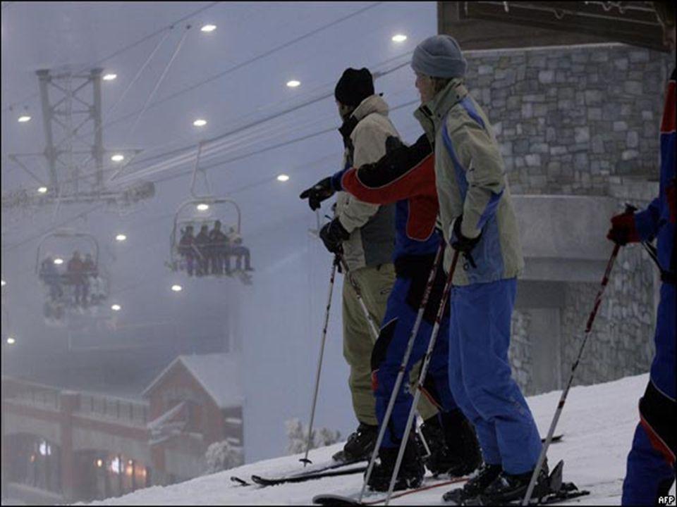 La nieve se hace disparando agua a alta presión a una temperatura cercana al punto de congelación, mediante congeladores colocados debajo y alrededor de las pistas