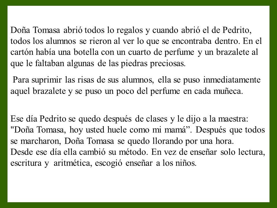 Doña Tomasa abrió todos lo regalos y cuando abrió el de Pedrito, todos los alumnos se rieron al ver lo que se encontraba dentro.