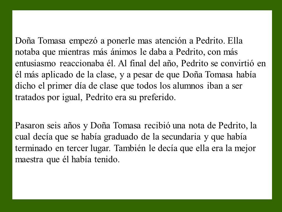 Doña Tomasa abrió todos lo regalos y cuando abrió el de Pedrito, todos los alumnos se rieron al ver lo que se encontraba dentro. En el cartón había un