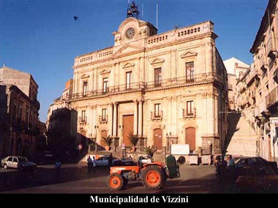 La historia de Vizzini El origen de Vizzini es probablemente antiquísimo, lo testimonia la presencia de numerosas grutas troglodíticas sobre las cuales no se han hecho estudios profundos para determinar una hipótesis precisa.