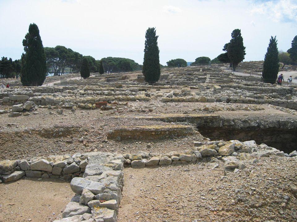 Sant Martí. Se encuentra a la cima de un promontorio rocoso, tocando el mar, al noreste de las ruinas de la ciudad greco-romana de Empúries. En el sig