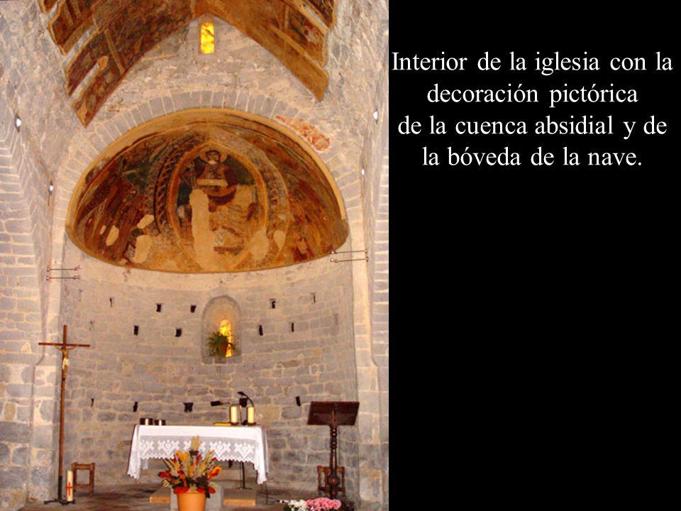 Interior de la iglesia con la decoración pictórica de la cuenca absidial y de la bóveda de la nave.