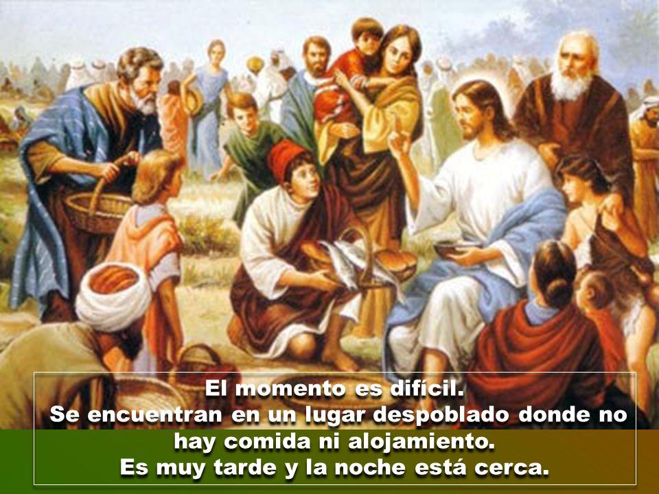 El evangelista solo habla de sus gestos de bondad y cercanía. Lo único que hace en aquel lugar desértico es «curar» a los enfermos y «dar de comer» a