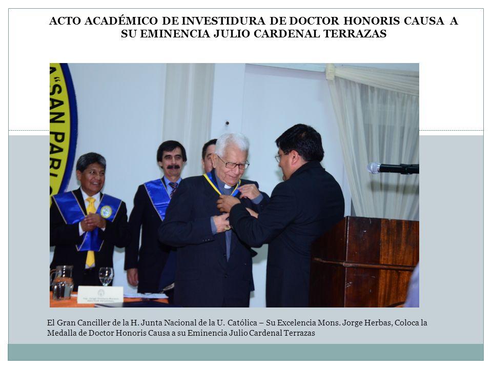 El Gran Canciller de la H. Junta Nacional de la U. Católica – Su Excelencia Mons. Jorge Herbas, Coloca la Medalla de Doctor Honoris Causa a su Eminenc