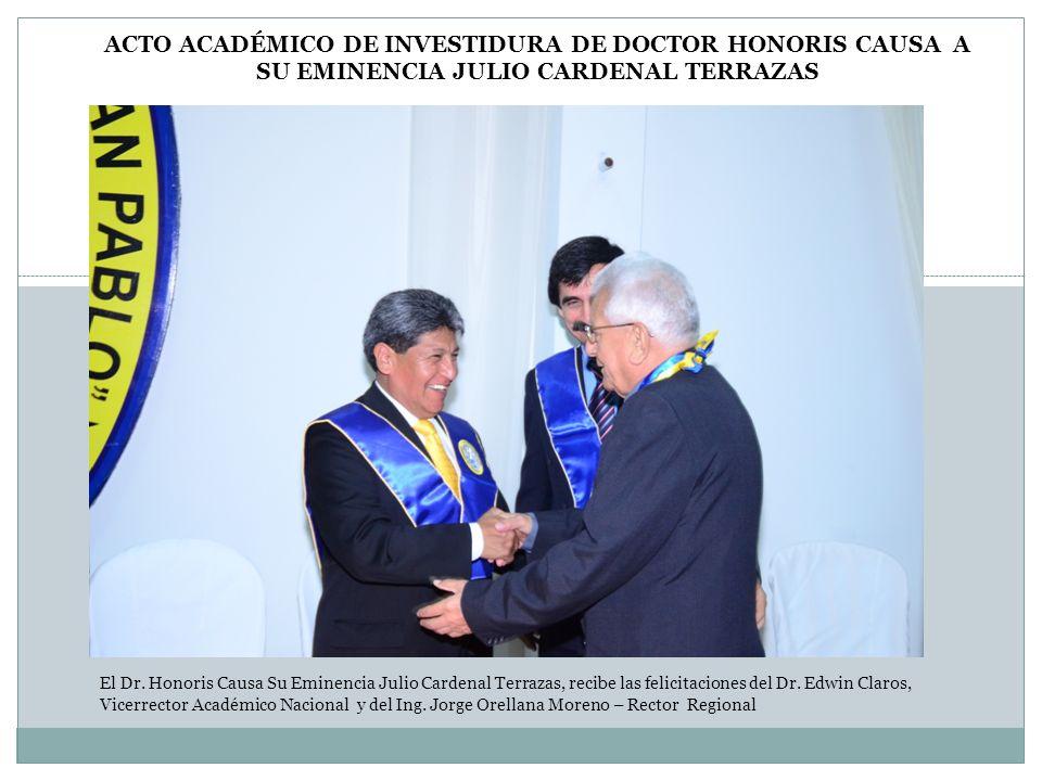 El Dr. Honoris Causa Su Eminencia Julio Cardenal Terrazas, recibe las felicitaciones del Dr. Edwin Claros, Vicerrector Académico Nacional y del Ing. J