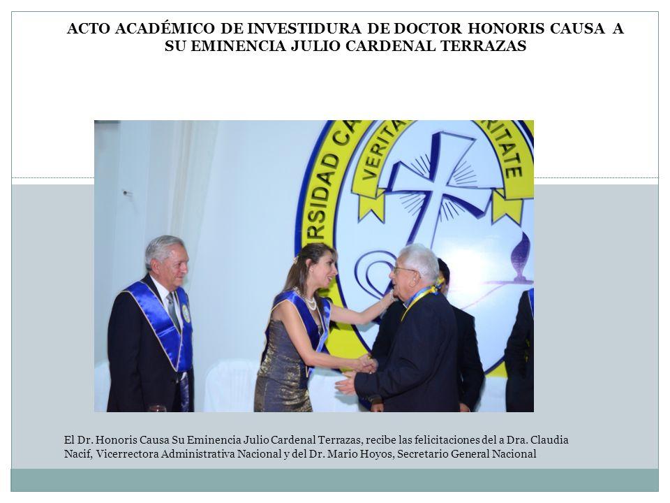 El Dr. Honoris Causa Su Eminencia Julio Cardenal Terrazas, recibe las felicitaciones del a Dra. Claudia Nacif, Vicerrectora Administrativa Nacional y