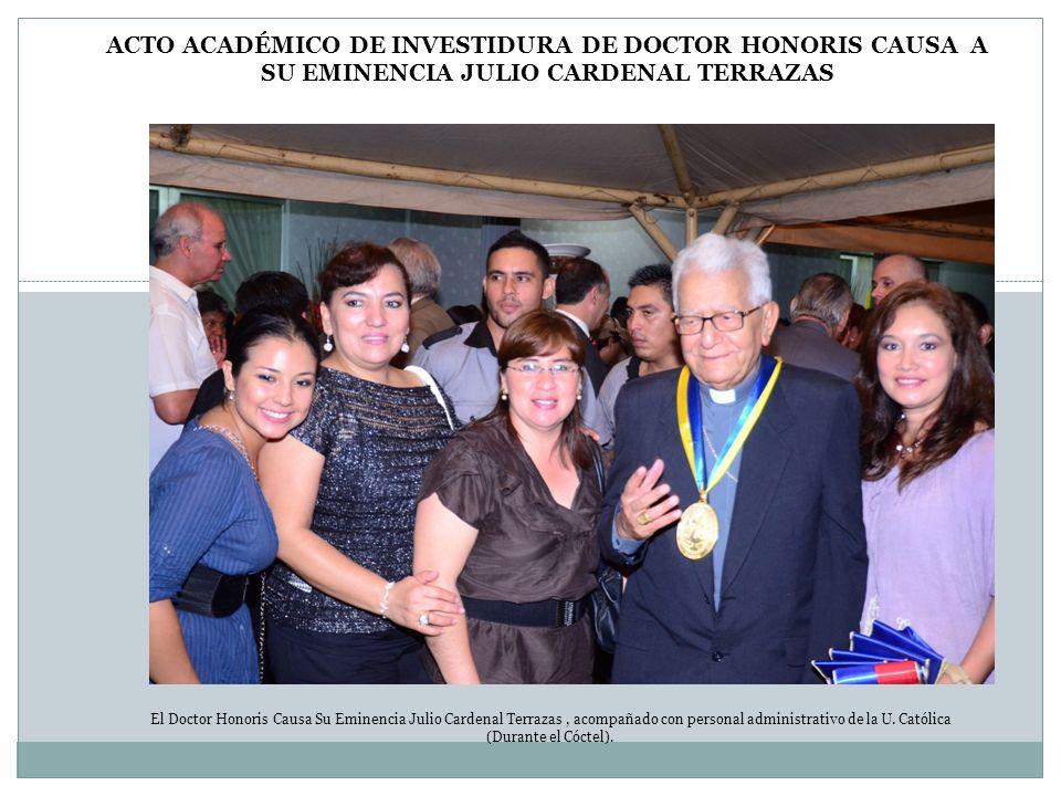 El Doctor Honoris Causa Su Eminencia Julio Cardenal Terrazas, acompañado con personal administrativo de la U. Católica (Durante el Cóctel). ACTO ACADÉ
