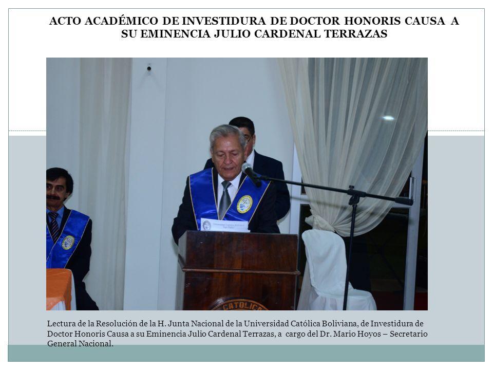 Lectura de la Resolución de la H. Junta Nacional de la Universidad Católica Boliviana, de Investidura de Doctor Honoris Causa a su Eminencia Julio Car