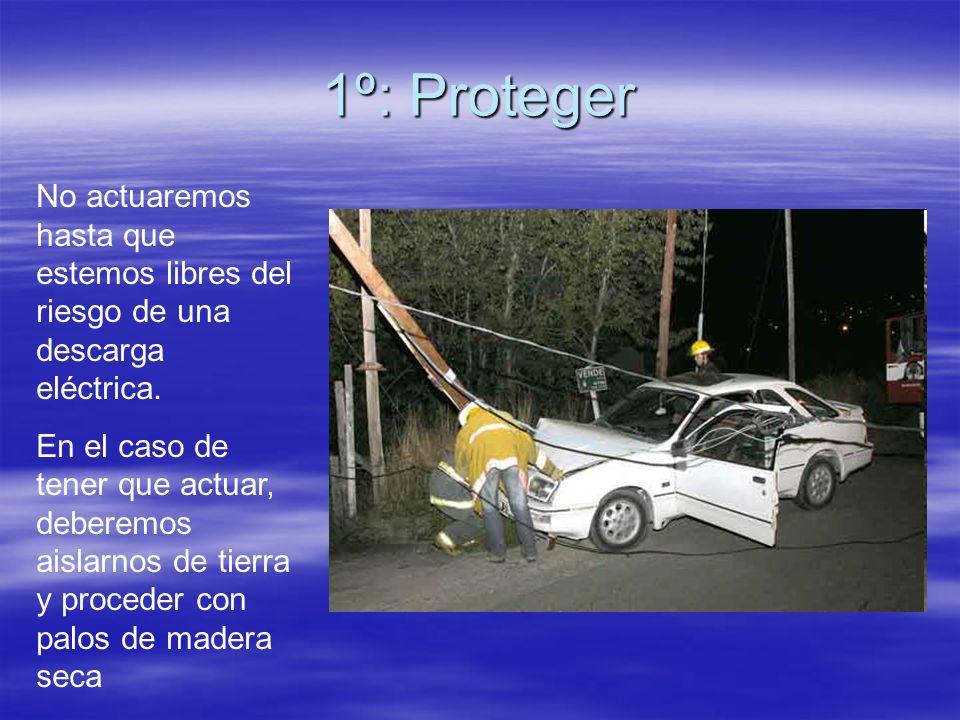 1º: Proteger No actuaremos hasta que estemos libres del riesgo de una descarga eléctrica. En el caso de tener que actuar, deberemos aislarnos de tierr