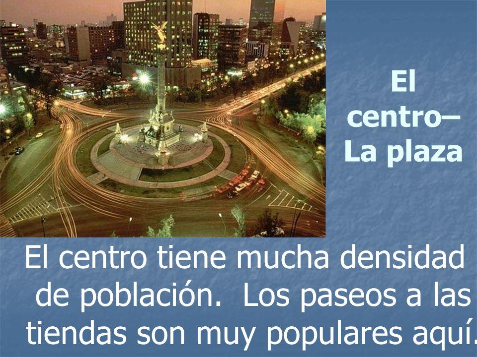 El centro– La plaza El centro tiene mucha densidad de población. Los paseos a las tiendas son muy populares aquí.