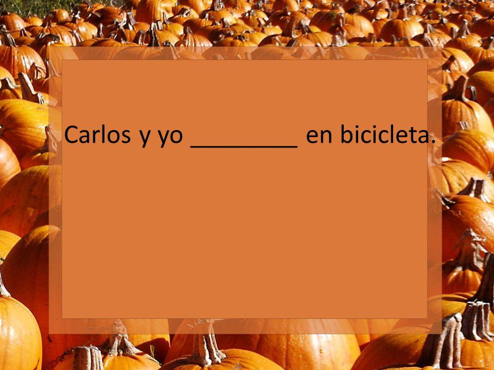 Carlos y yo ________ en bicicleta.