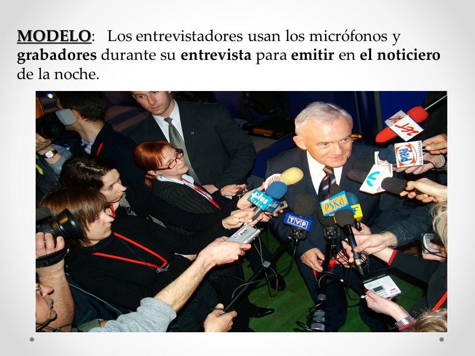 MODELO MODELO: Los entrevistadores usan los micrófonos y grabadores durante su entrevista para emitir en el noticiero de la noche.