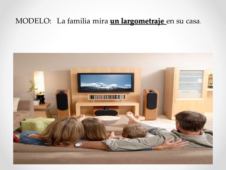 un largometraje MODELO: La familia mira un largometraje en su casa.