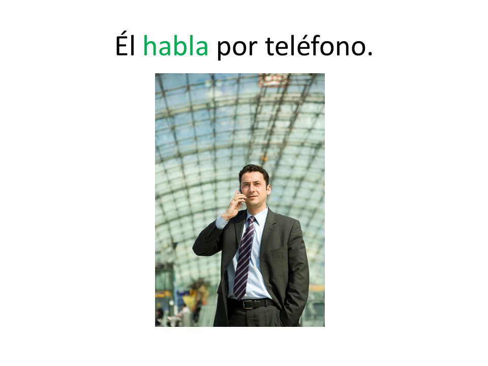 Él habla por teléfono.