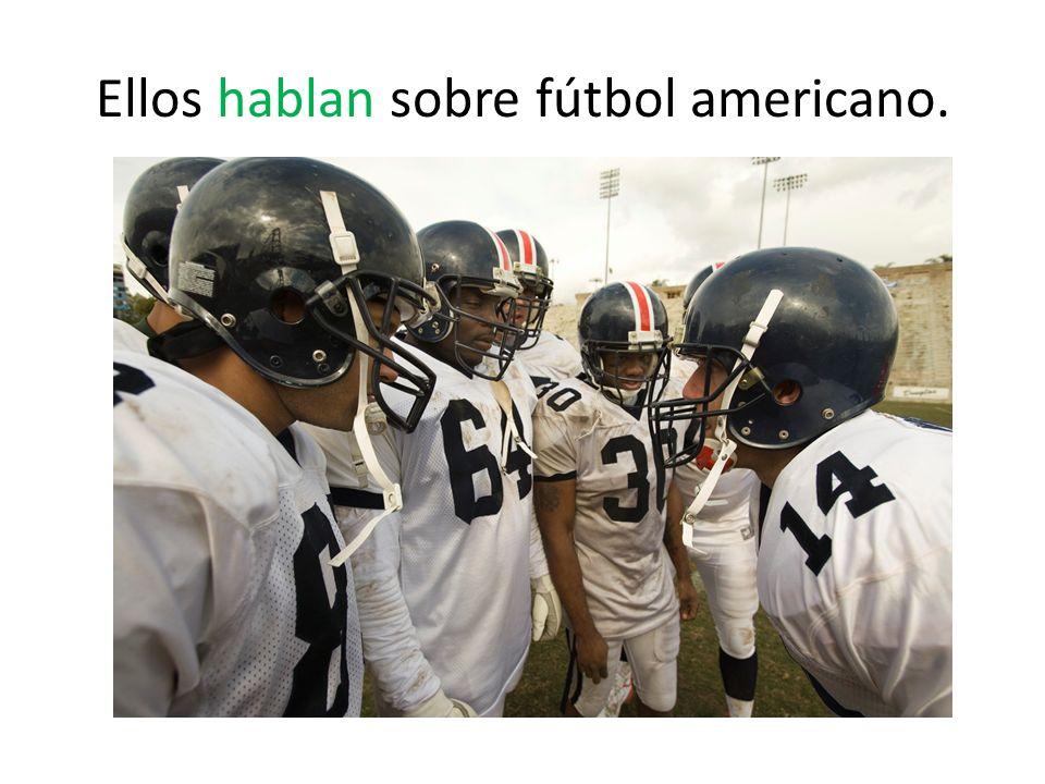 Ellos hablan sobre fútbol americano.