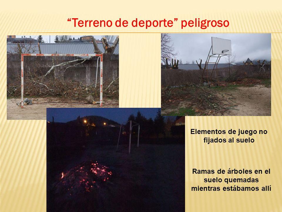 Terreno de deporte peligroso Elementos de juego no fijados al suelo Ramas de árboles en el suelo quemadas mientras estábamos allí